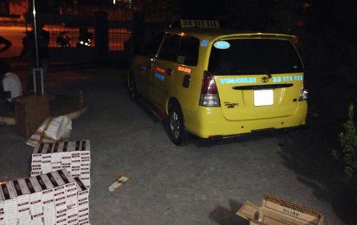 Bắt giữ xe Taxi chở gần 9000 gói thuốc lá